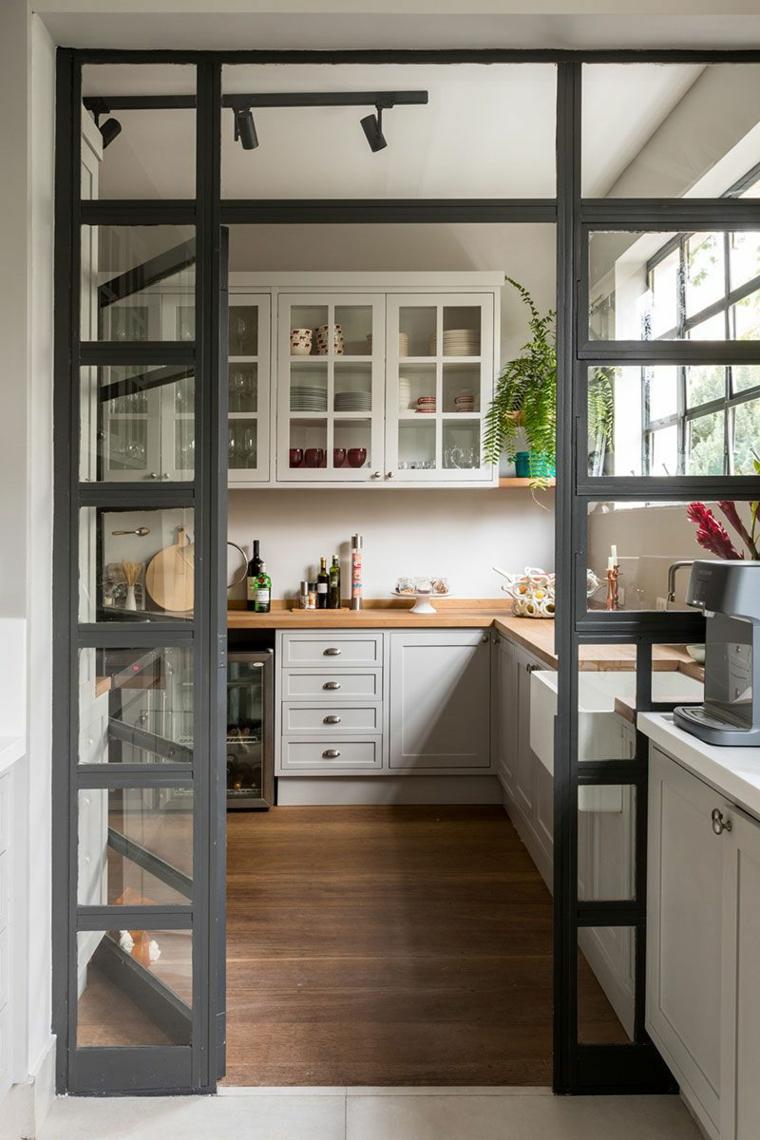 parete divisoria cucina in vetro composizioni mobili ad angolo illuminazione binario faretti