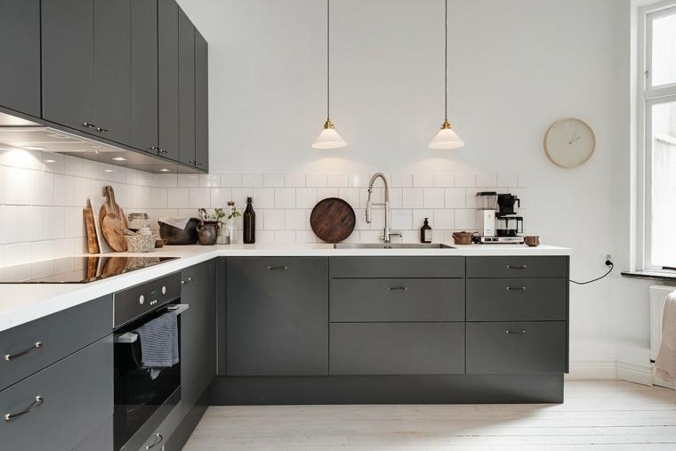 Colore pareti cucina bianca, cucina con mobili di colore grigio, pavimento cucina in legno