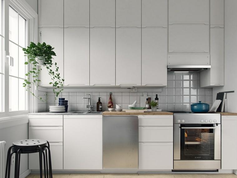 Abbinamento colori grigio, cucina con mobili di colore bianco, parete paraschizzi in piastrelle bianche