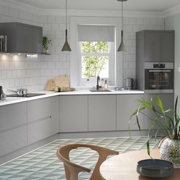 rivestimento parete cucina con piastrelle bianche mobili ante di colore grigio