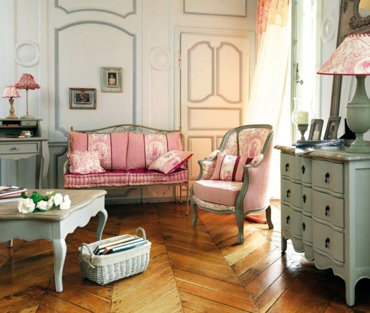 salotto con divano classico di colore rosa pavimento in legno pareti con pannelli