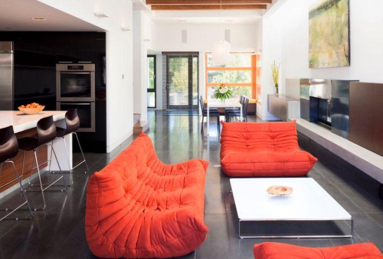 salotto feng shui divani colore arancione tavolino bianco