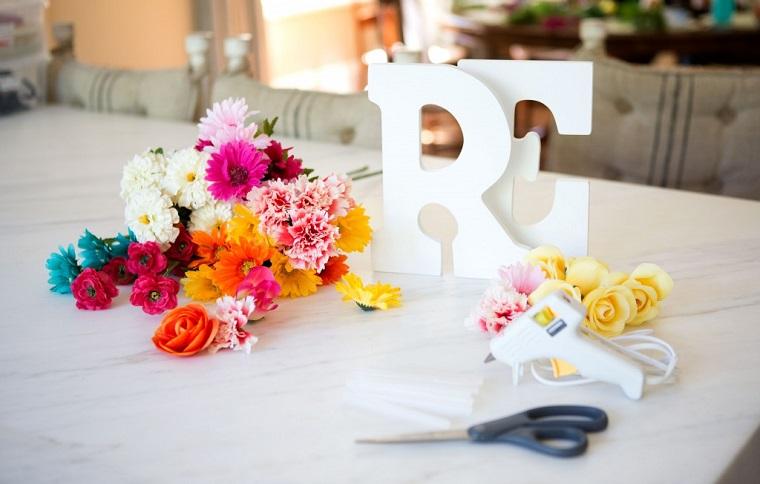 segnaposto pasquali fai da te facili lettere di legno mazzo di fiori finti