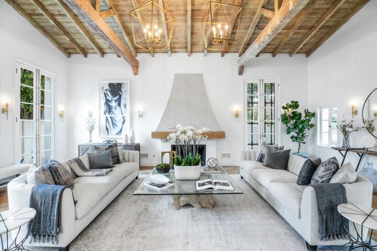 soffitto con travi di legno arredamento stile provenzale due divani di colore bianco
