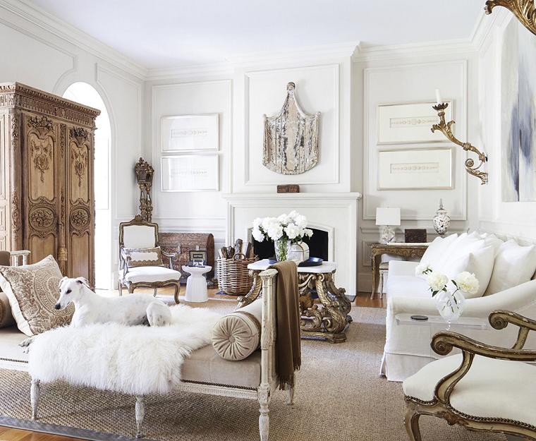 soggiorno con divano e panchina salotto con camino armadio in legno classico