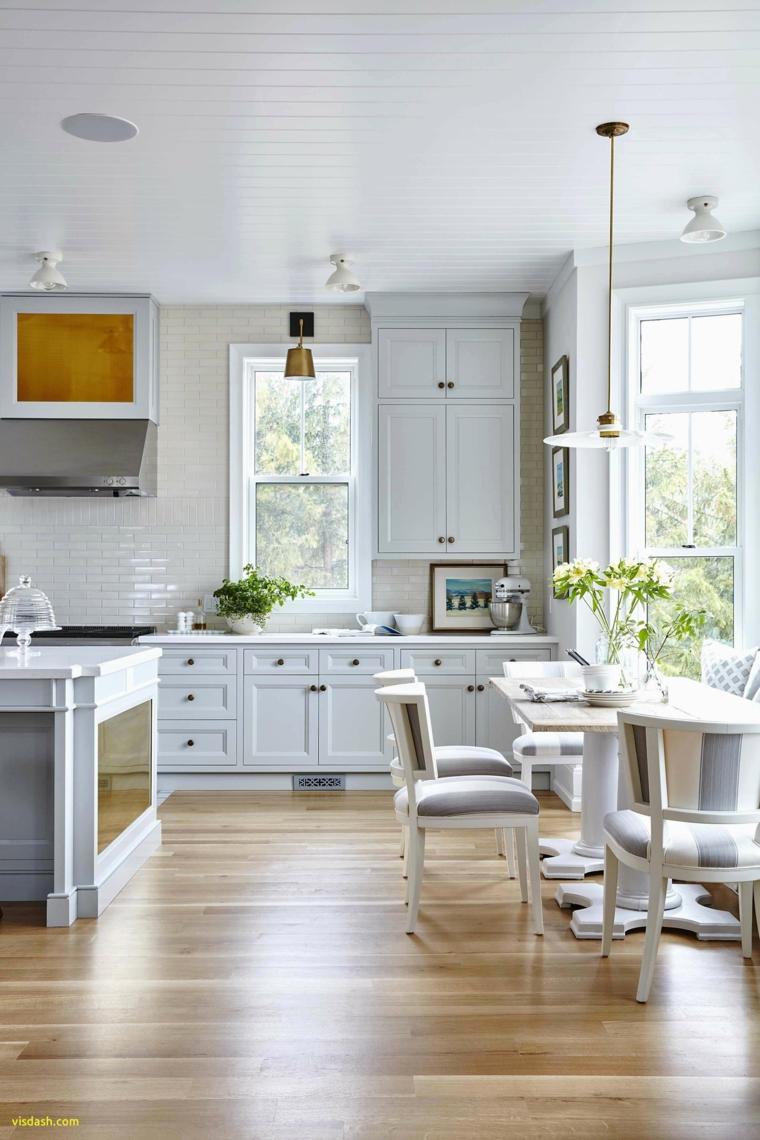 stile provenzale cucina pavimentazione legno lucido tavolo da pranzo con sedie