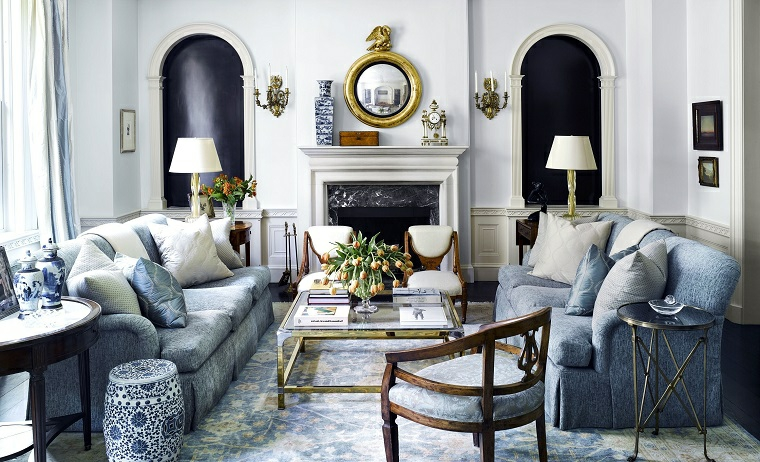 stile provenzale salotto divano di colore blu salotto con camino tradizionale