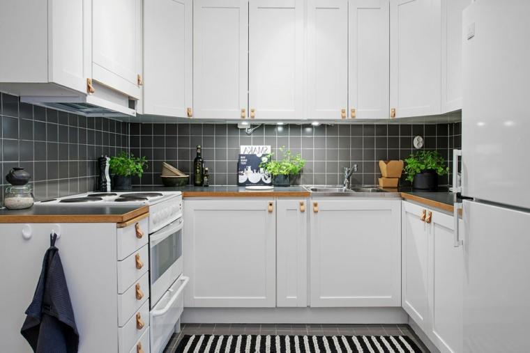Cucina moderna grigia, parete paraschizzi in piastrelle, mobili cucina di colore bianco