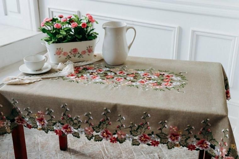 tavolo do legno rettangolare tovaglia grigia con motivi floreali vaso di fiori freschi