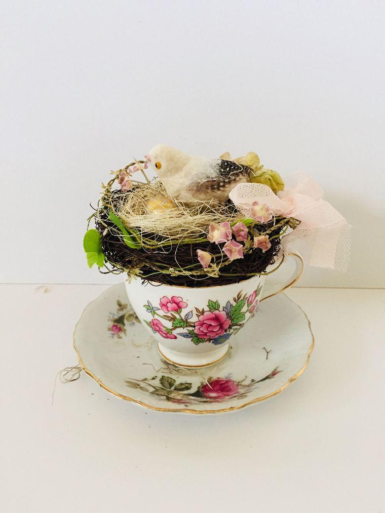 tazza da caffè con pulcino decorazioni pasquali fatti a mano cestino foglie e rametti