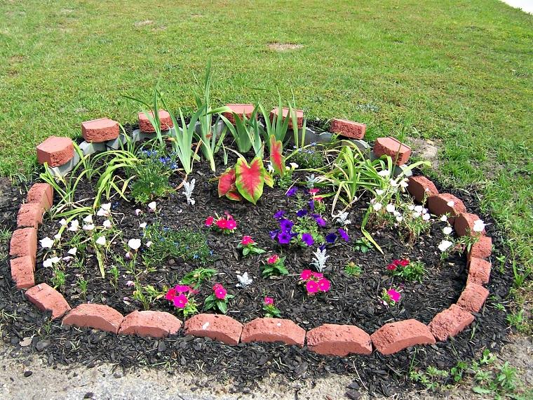 Aiuole per giardino tante composizioni piene di colori for Aiuole fai da te