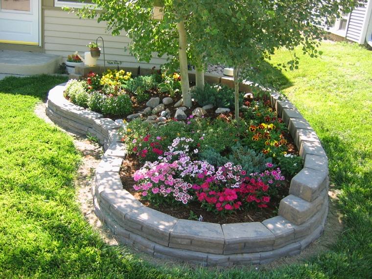 Aiuole per giardino tante composizioni piene di colori for Aiuole giardino con sassi