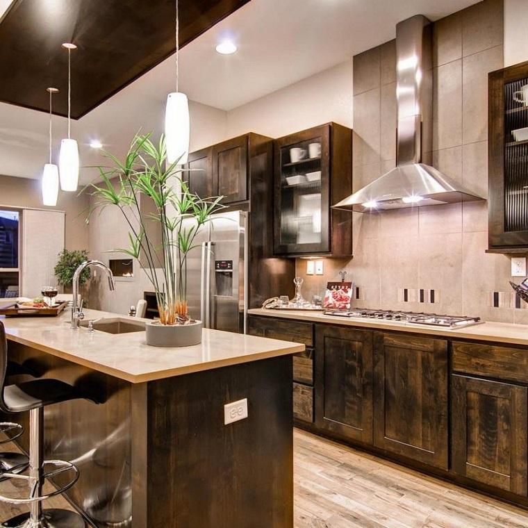 Cucina rustica legno pietra ma anche dei tocchi moderni - Cucina rustica in pietra ...
