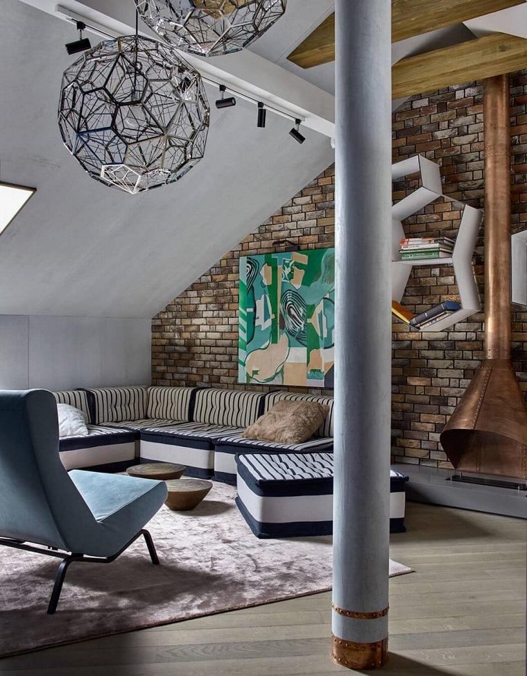 Soggiorno con parete mattoni a vista, mobili stile industriale, lampadari a palla di metallo