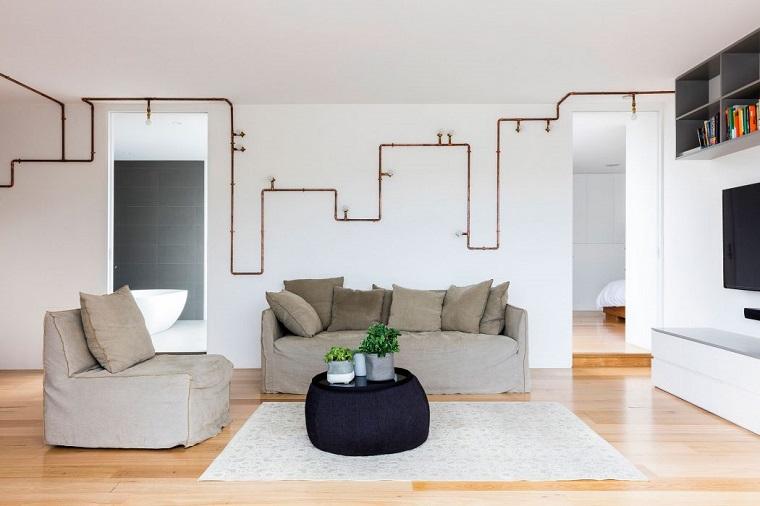 Arredamento moderno e arte povera insieme, pavimento in legno parquet con tappeto