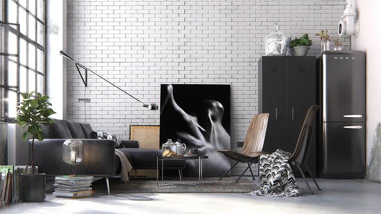 Mobili stile industriale, soggiorno con parete in piastrelle, divano con tavolino basso