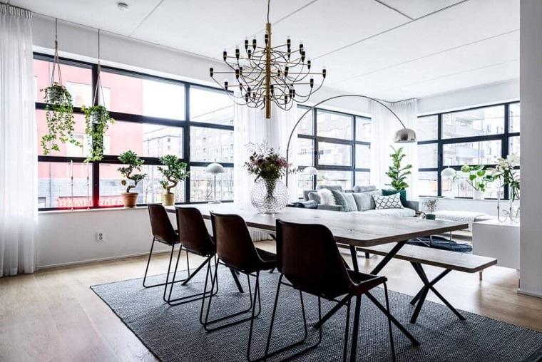 Salotto industrial, tavolo da pranzo in legno con sedie, pavimento in legno con tappeto