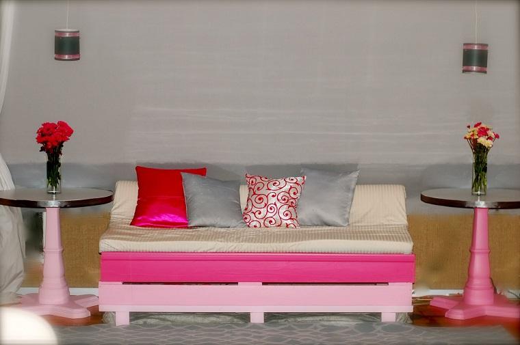 arredare con i bancali-divanetto-rosa