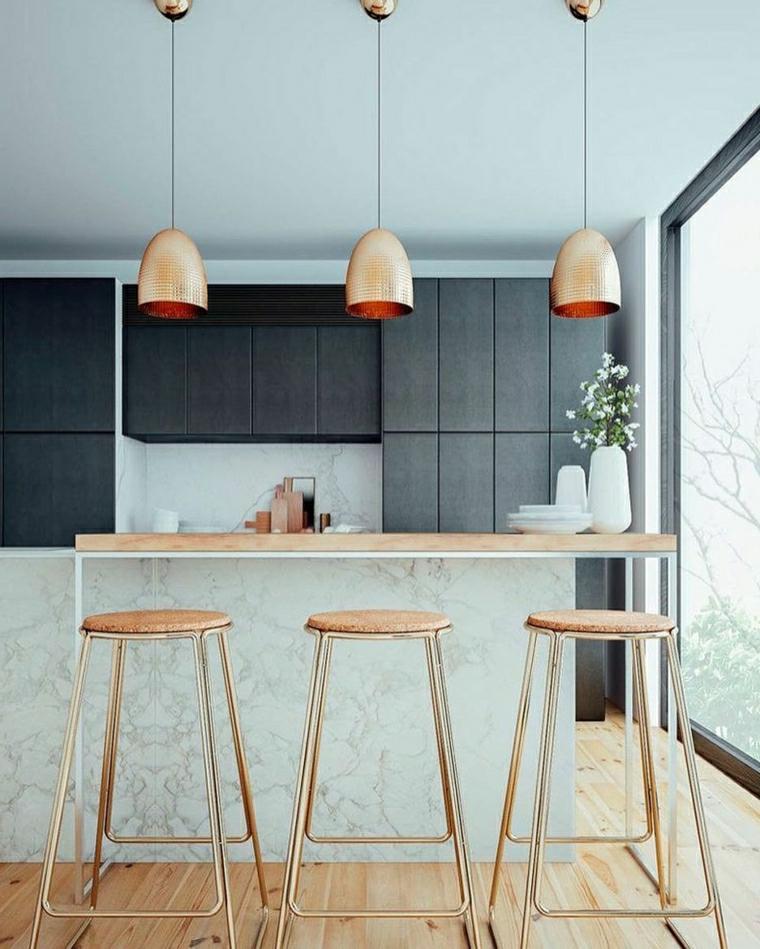 arredare cucina piccola isola centrale con sgabelli di legno tre lampade sospese