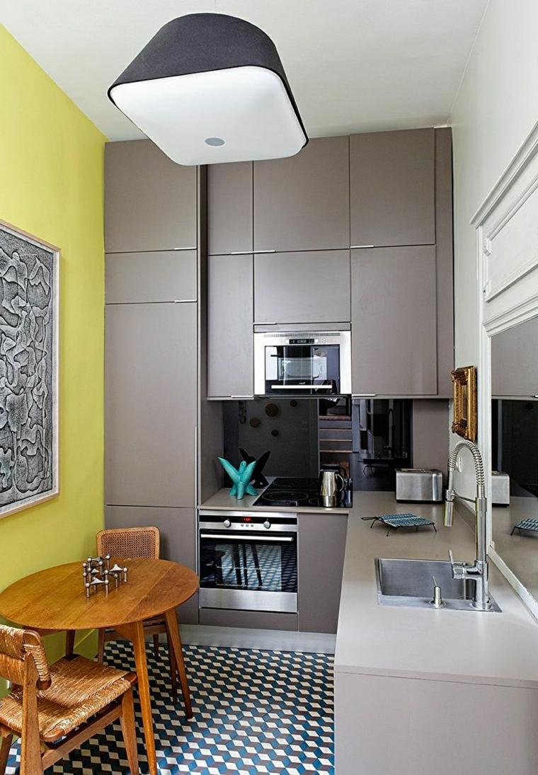 arredare cucina piccola mobili di colore grigio tavolo da pranzo rotondo con due sedie