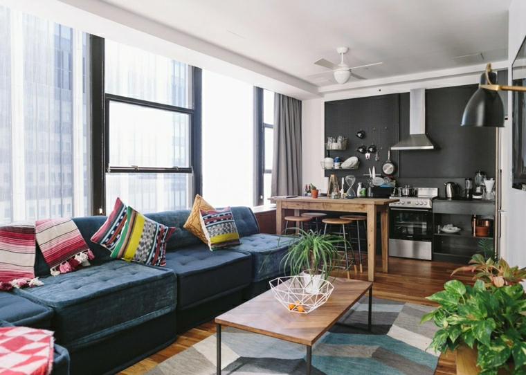 arredare cucina piccola quadrata divano di colore blu tavolino basso di legno