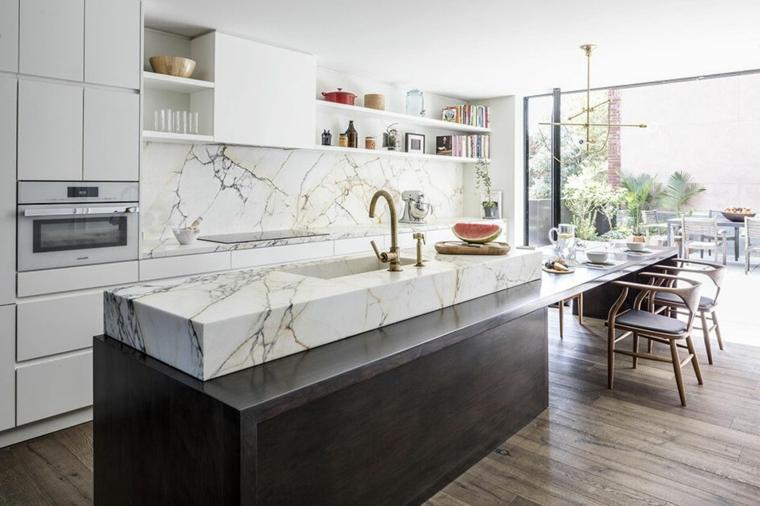 arredare cucina soggiorno piccola isola centrale con top di marmo tavolo da pranzo con sedie
