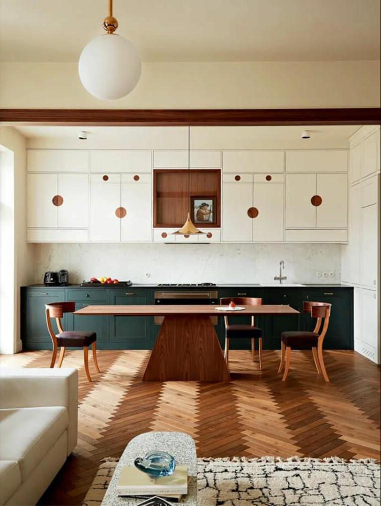 arredare open space piccolo tavolo da pranzo cucina bicole con paraschizzi piastrelle bianche