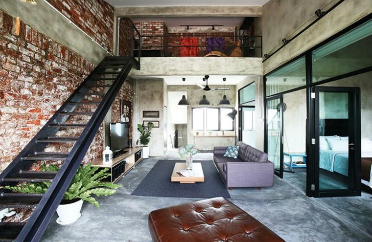 Loft soppalco con scale interne, arredamento stile industriale, soggiorno con divano e tavolino basso