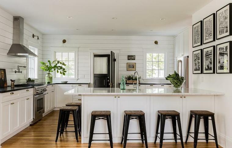 come arredare casa-cucina-grande-isola-sgabelli-legno