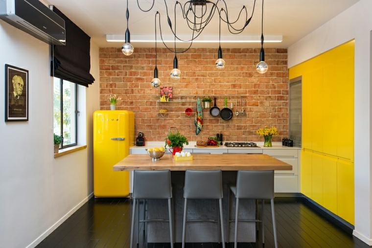 cucina ad angolo con penisola frigorifero di colore giallo isola con sgabelli