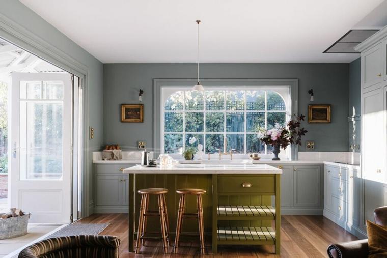 cucina con isola centrale finestre sulla parete pavimento in legno parquet