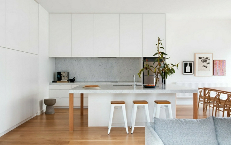 cucina con isola centrale paraschizzi di colore grigio pavimento in legno parquet