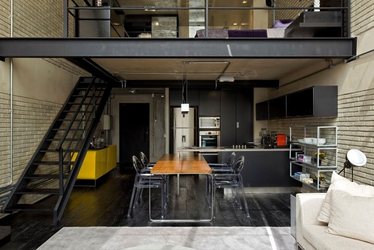 Cucina stile industriale fai da te, loft con soppalco e scale interne, tavolo da pranzo in legno con sedie