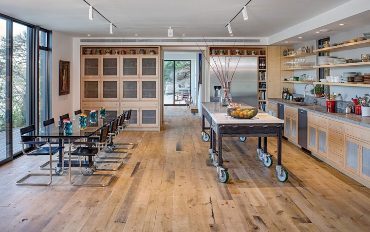 Cucina stile industriale fai da te, isola centrale con ruote, tavolo da pranzo in vetro con sedie