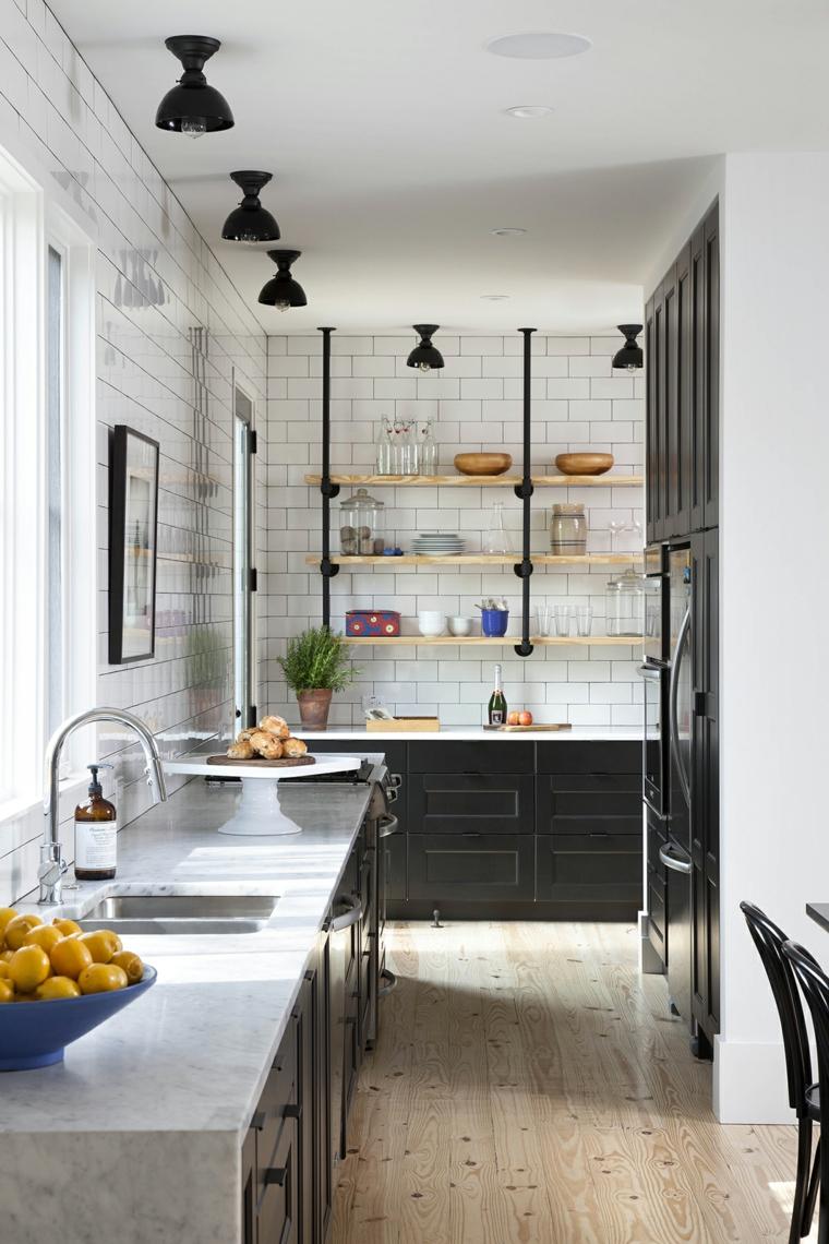 Cucina stile industriale fai da te, parete con piastrelle e mensole, faretti sul soffitto