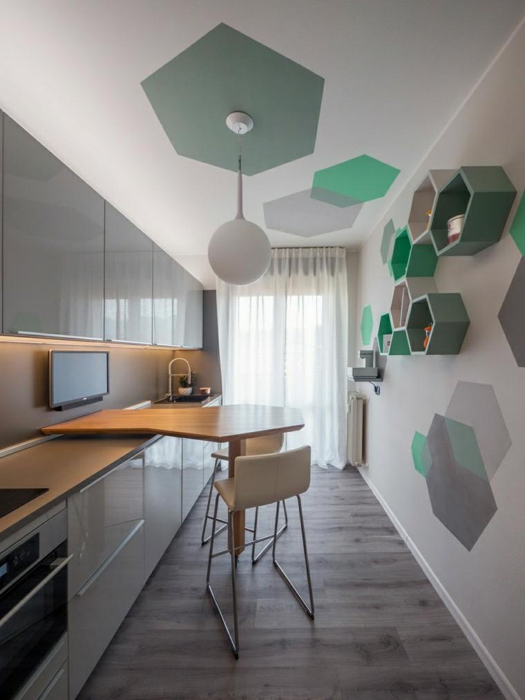cucina lunga e stretta pavimento in legno parquet mensole a nido d ape sulla parete