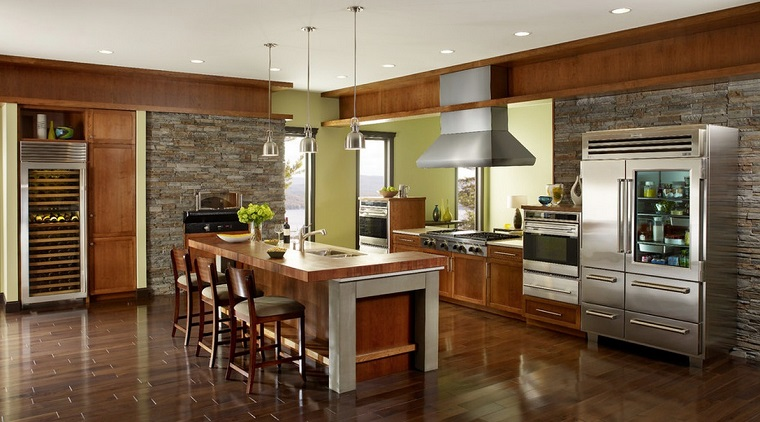 cucina rustica-pareti-muratura-pavimento-parquet