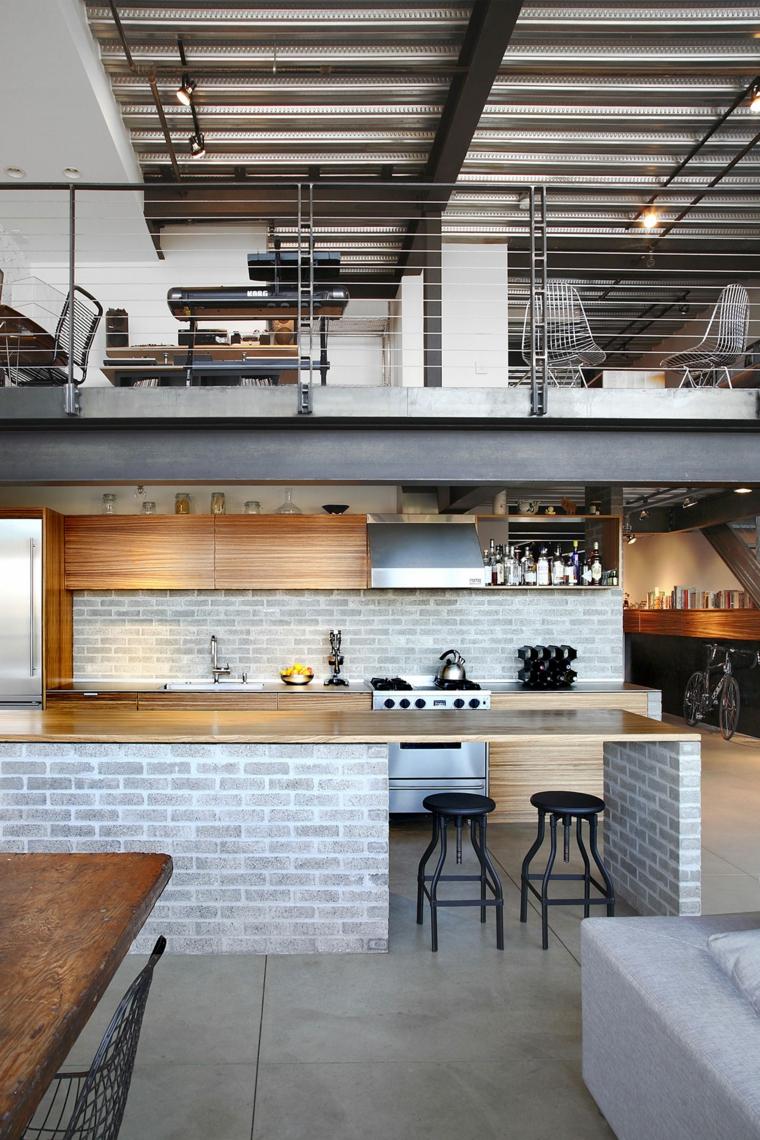 Cucina industrial chic, loft con soppalco, cucina con isola laterale con sgabelli