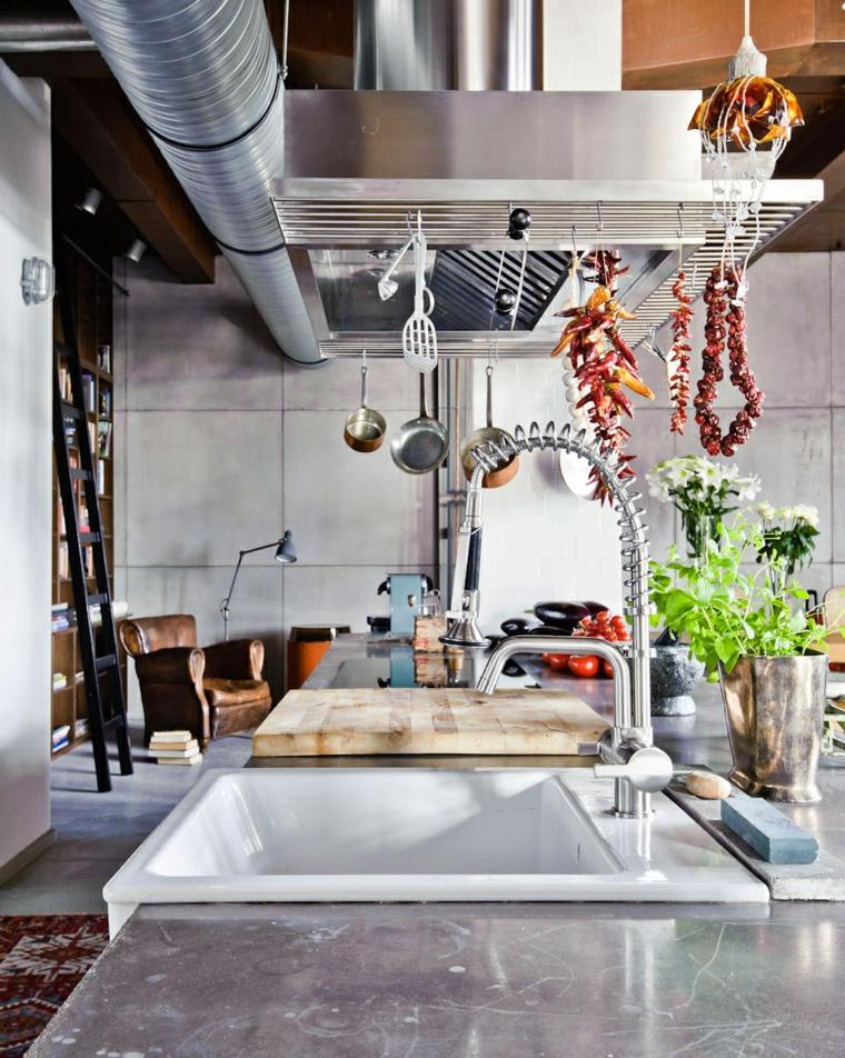 Cucina industrial chic, top cucina con tagliere di legno, tubi in acciaio sul soffitto