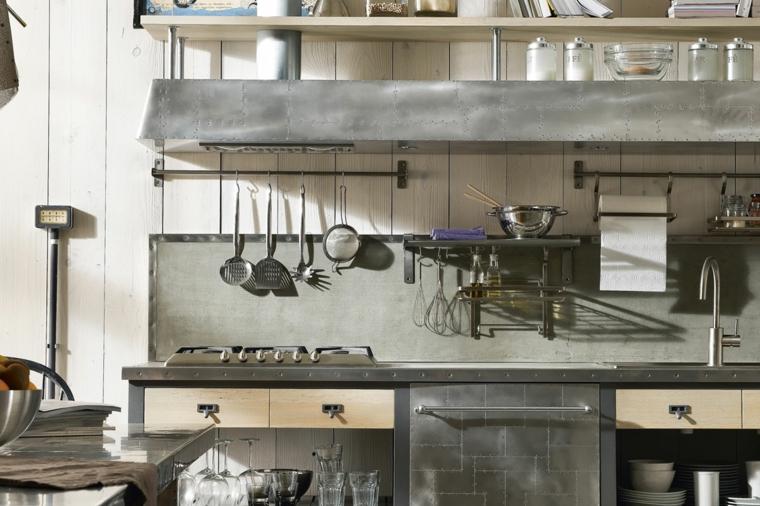 Cucina industrial chic, mobili cucina in acciaio inox, parete con lastre di legno