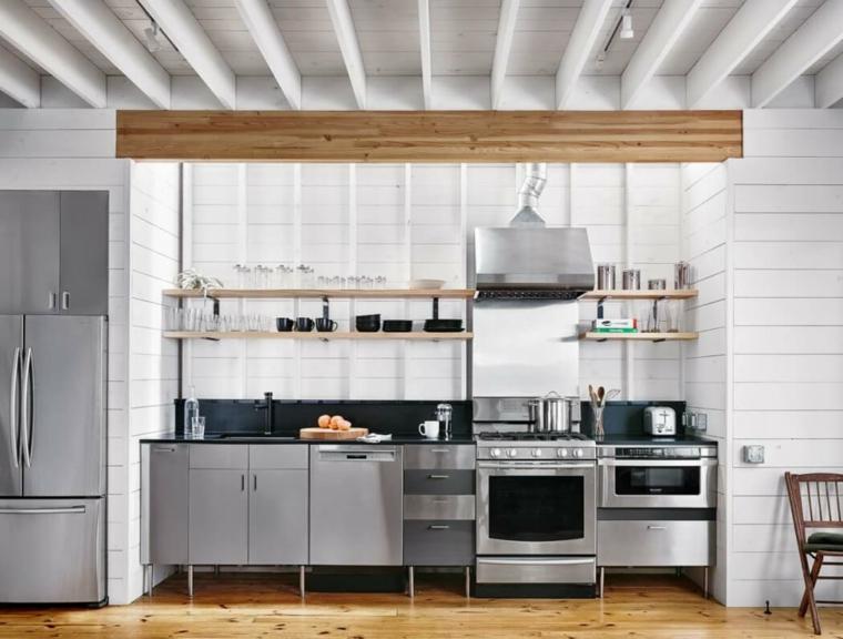 Parete cucina con piastrelle bianche, cucina industrial chic, mobili cucina in acciaio inox