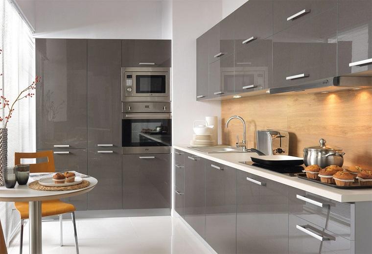 cucine-ad-angolo-idea-stile-moderno-colore-grigio-lucido