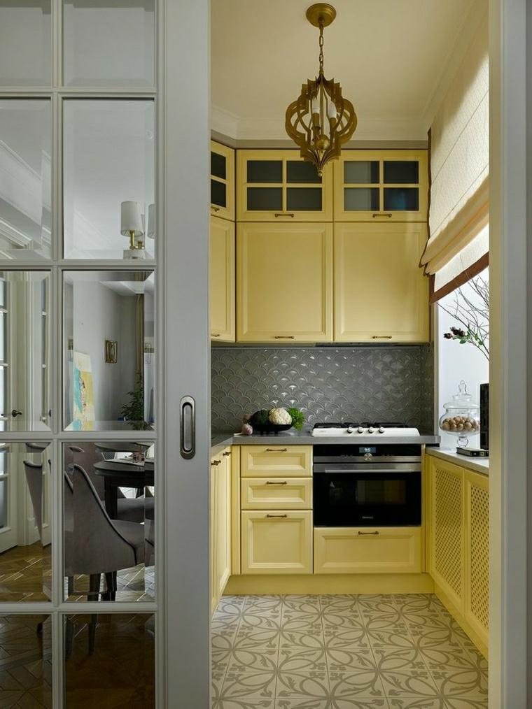 dividere cucina e sala da pranzo mobili di legno colore giallo pavimento in piastrelle