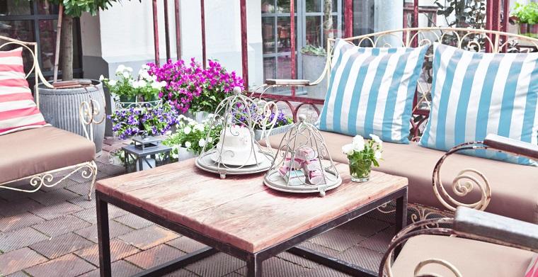 giardini shabby chic-set-mobili-cuscineria-colorata