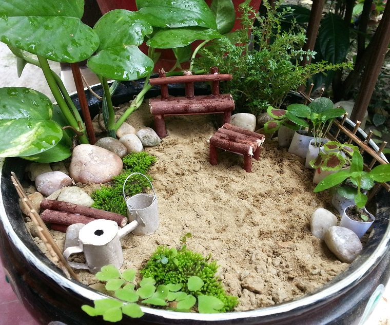 giardino-in-miniatura-sabbia-panchina-pietre-piante