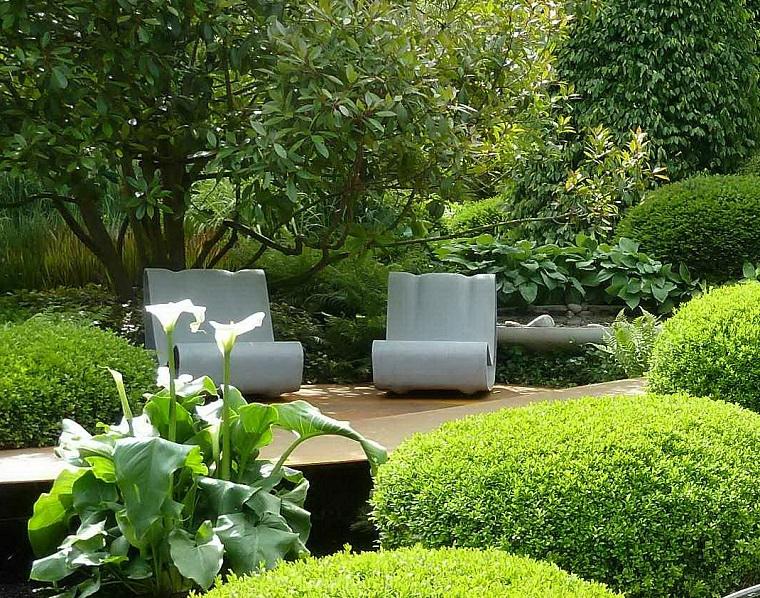 giardino moderno-piante-sempreverdi-poltrone-design