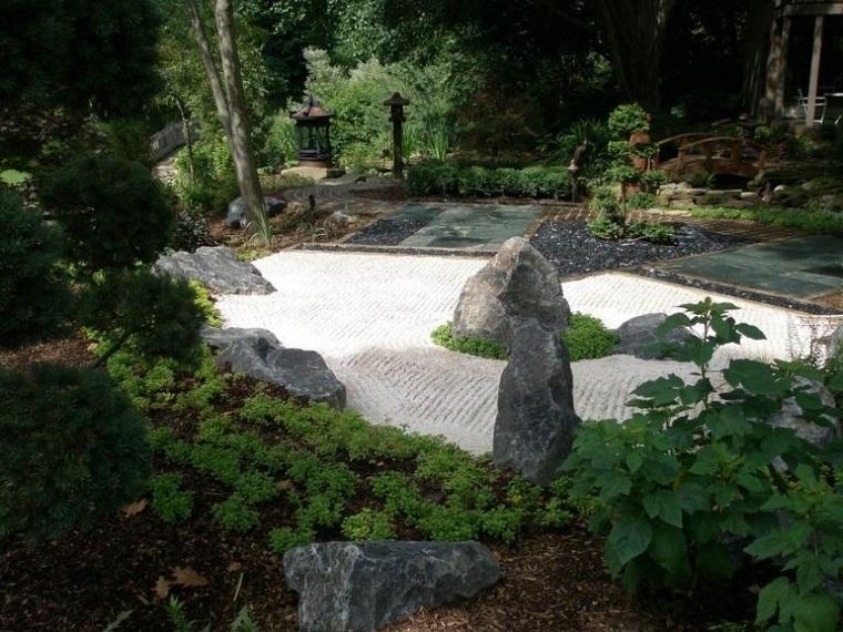 giardino-progettato-rocce-piante-verdi