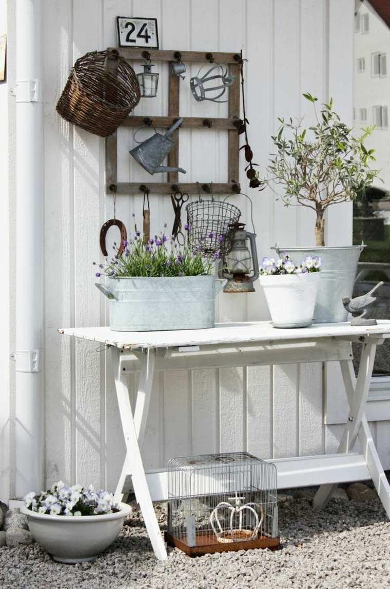 giardino-shabby-chic-mobile-esterno-bianco