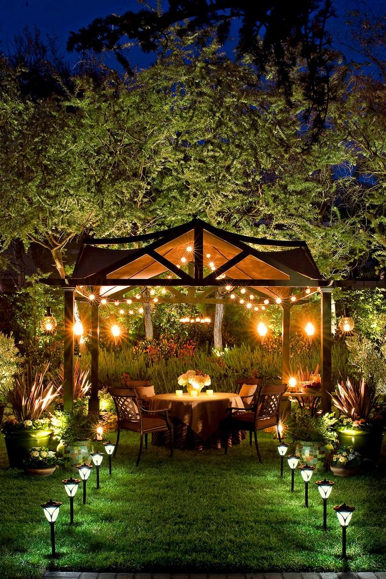 Illuminazione da giardino idee per migliorare l 39 aspetto - Vialetto giardino illuminato ...