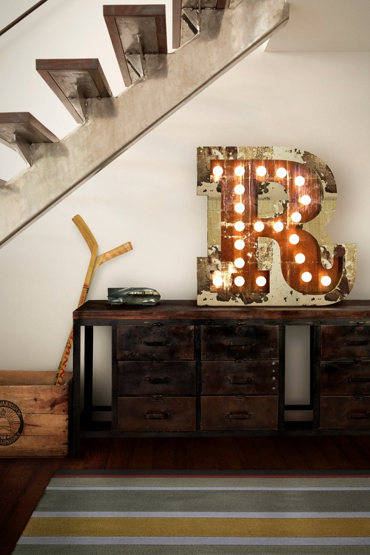 Salotto industrial, loft con scale interne, mobile di legno con lettera luminosa